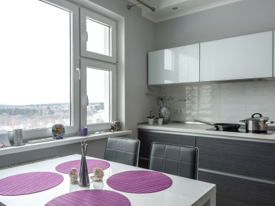 глянцевая контурная плитка на кухне
