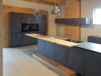 Островная кухня с  керамическими фасадами   Oxide Nero