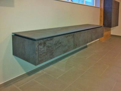 Для придания легкости, некоторые элементы кухонных ящиков, крепятся к стене  специальным креплением
