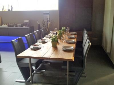 Металлическая опора стола поддерживает общий ультрасовременный дизайн помещения