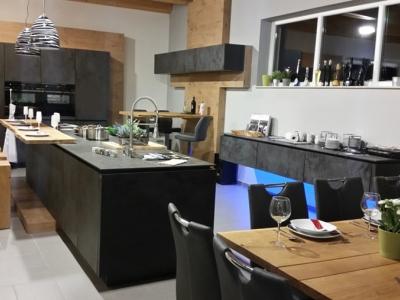 Керамические фасады кухни хорошо сочетаются с натуральным шпоном дерева, что создает богатую сдержанную роскошь современного стиля