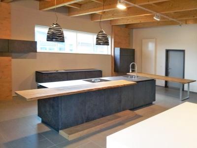 Керамические фасады толщиной 22 мм имеют специальную систему открытия, которая подчеркивают строгий и лаконичный стиль кухни