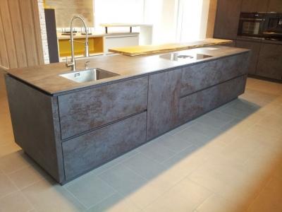 Керамическая столешница кухни во многих случаях изготавливается одинакового декора с фасадами кухни