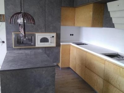 Подвесные пеналы кухни создают необходимую легкость мебели