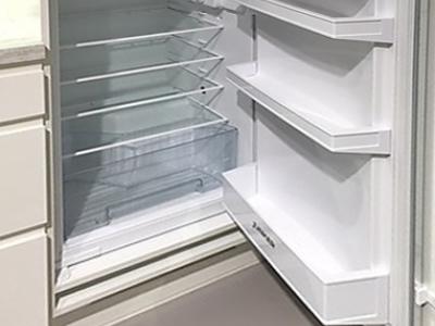 Не большой встроенный холодильник