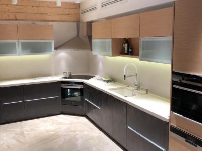 Большая п-образная кухня с комбинированными фасадами из керамики на мдф крашенном, шпона и стекла, столешницей из композита кварца и керамической стеновой панелью