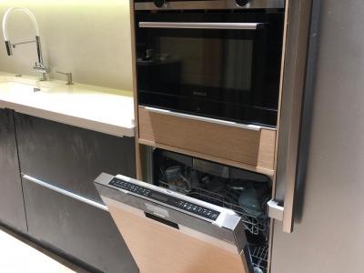 В пенал с фасадами и боковыми стенками из мдф шпонированного дубом встроены свч и посудомоечная машина