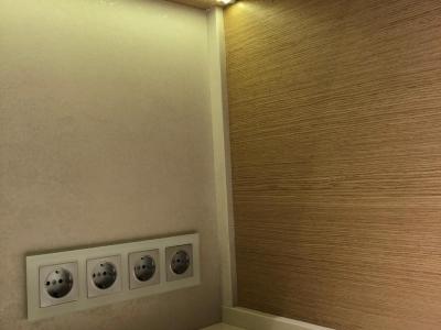 Открывание верхних фасадов через итальянский врезной алюминиевый профиль Volpato. Стеновая панель из итальянской керамики серии Oxide