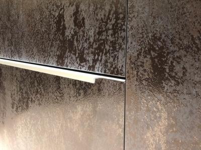 Поверхность итальянской керамики серии Oxide Nero создаёт эффект окисленного металла, благодаря которому создаётся ощущение трёхмерности фасада
