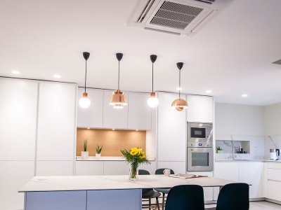 Облегченность белой матовой эмали позволяет без зрительной нагрузки сделать кухонный гарнитур  до потолка