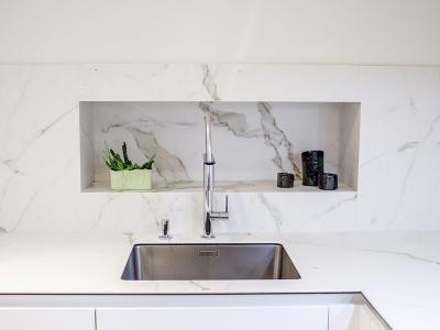 Встроенная мойка в керамическую столешницу кухни