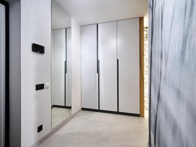 Шкаф в прихожей с фасадами из крашенного мдф под матовым лаком с фрезерованными ручками