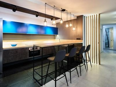Подвесные нижние и невысокие верхние ящики делают кухню лёгкой . А барная стойка со светильниками визуально разграничивают пространство кухни и гостиной