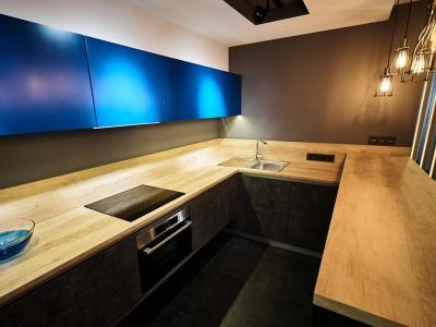 Столешница и невысокая стеновая панель Egger, имитирующие структуру натурального дерева - бюджетное и практичное решение для кухни в стиле лофт