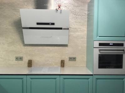 Открытие дверок кухни идет за центральную часть фасада, что придает кухни внешне особый неповторимый вид