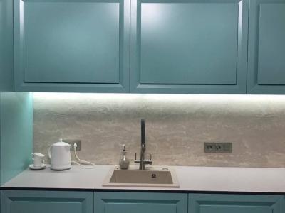 Тонкая каменная столешница кухни подчеркивает легкость кухонного гарнитура