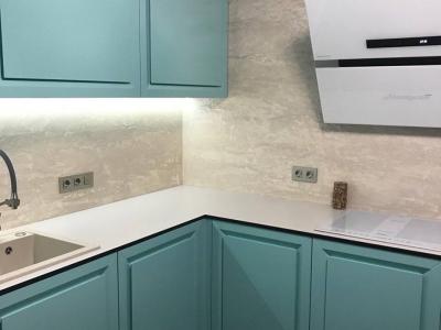 В верхние ящики кухни встроена система подсветки