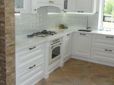 Встроенное освещение в корпус верхних ящиков кухни