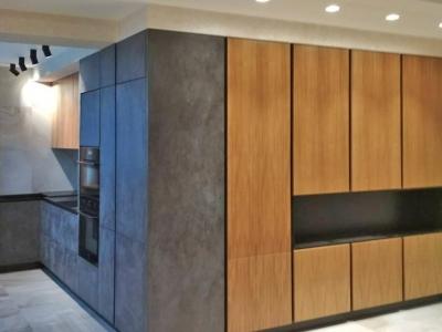 Угловая кухня в пространстве квартиры студии