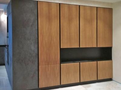 Пенальные шкафы кухни имеют нишу для телевизора и аудио техники