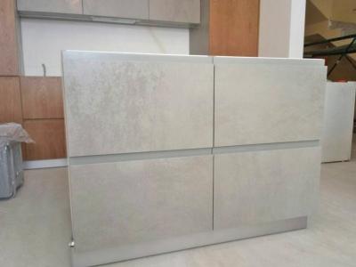 Шпонированные, керамические фасады кухни толщиной 22 мм имеют специальную систему открытия, которая подчеркивают строгий и лаконичный стиль кухни