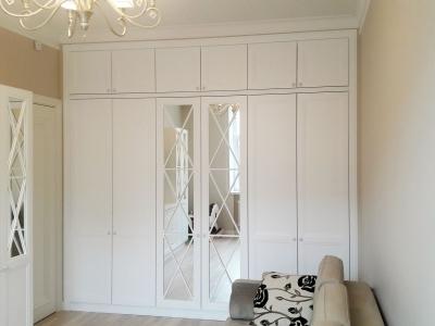 Шелковистый жемчужно белый  лак мебели придает успокаивающую обстановку в детской комнате