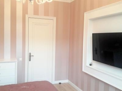 Не большая спальня имеет минимальное количество мебели, что придает ей нужный простор