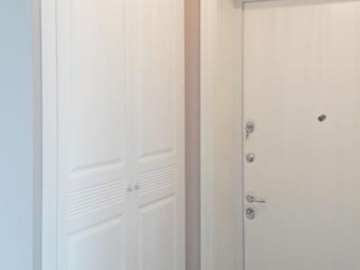 В небольшом узком коридоре хорошо вместимый шкаф на две двери