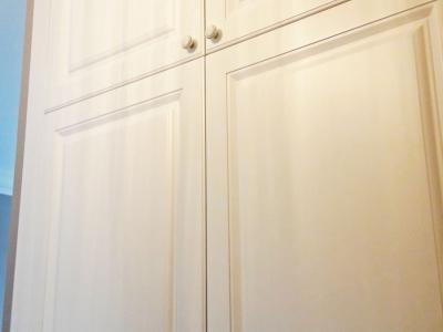 Шкаф встроен полностью до потолка, максимально используя площадь стены