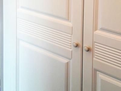 Фактура дверей шкафа соответствует интерьеру квартиры