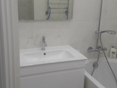 Подвесная тумбочка в ванной комнате изготавливалась под готовый заводской умывальник