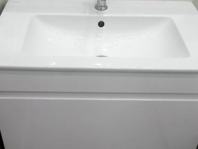 Глянцевый итальянский лак создает достаточную защиту мебели в ванной комнате