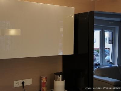 холодильник со стеклянной поверхностью значительно усиливает количество падающего света в помещении