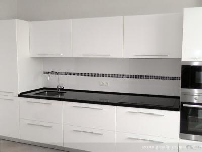 симметричный вариант кухни относительно центрана панель из стекла нанесен печатный рисунок