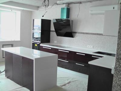 конструкция кухни позволяет свободно закончить ремонт помещения и после монтажа мебели