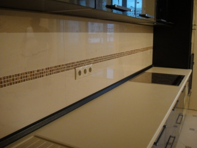 плинтус на кухне также выполнен из черного мдф