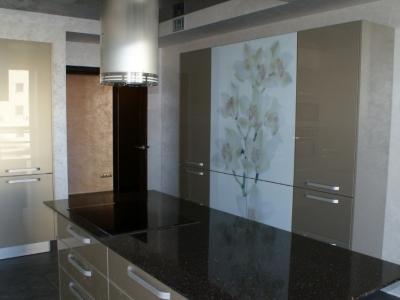 вместительные шкафа для посуды и продуктов