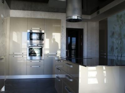 шкафы с бытовой техникой- холодильники, духовой шкаф и свч печь