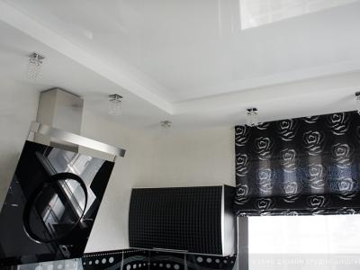 натяжной потолок  зрительно увеличивает пространство кухни