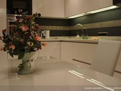поверхность столешницы кухонного стола из стекла