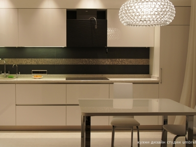 текстура плитки на стене подобрана специально под материал поверхности вытяжки
