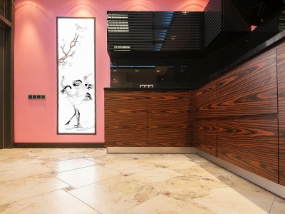 кухню украшает световая панель с орнаментом