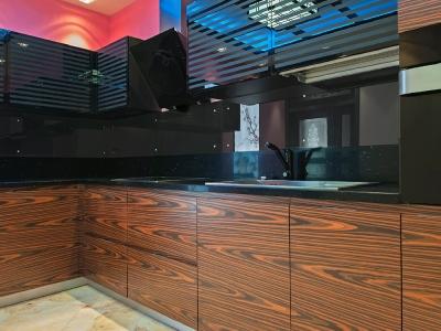 стену кухни защищает панель из стекла