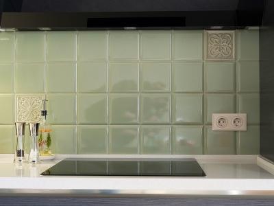 оливковая плитка создает некоторый зеркальный эффект