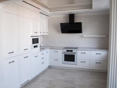 фрезеровка на фасадах  кухни подчеркивает римскую тематику