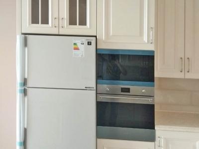 Кухня относится к стилю современной классики в которую установлена современная бытовая техника