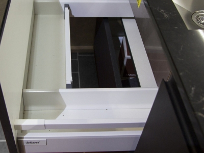 Нижний выдвижной ящик спроектирован под встроенную мойку