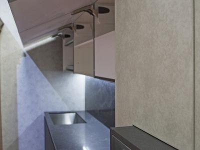 Антресоляная система верхних ящиков выдвинута в плоскости над нижними  ящиками кухни
