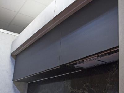 Нижние ящики кухни также как в антресоли имеют встроенную систему освещения