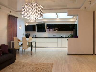 кухня гармонично смотрится в объединенном помещении